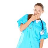 Infirmière assez jeune essayant de cacher son amusement images stock
