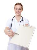 Infirmière attirante avec la planchette photographie stock