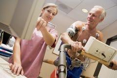 Infirmière avec le patient pendant le contrôle de santé Photo libre de droits
