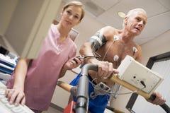 Infirmière avec le patient pendant le contrôle de santé Photographie stock libre de droits