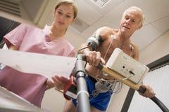 Infirmière avec le patient pendant le contrôle de santé Photos libres de droits
