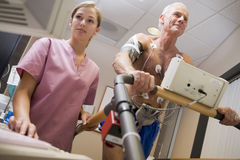 Infirmière avec le patient pendant le contrôle de santé Photos stock