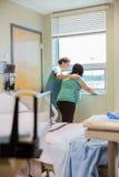 Infirmière Consoling Pregnant Woman ayant la contraction photo libre de droits