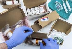 Infirmière déballant le médicament dans des boîtes, médecines diverses dans des boîtes pour l'aide humanitaire photos libres de droits