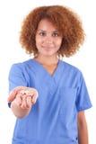 Infirmière d'afro-américain tenant l'aiguille de pilules - personnes de race noire Photographie stock