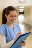 Infirmière dans des notes d'écriture d'hôpital image libre de droits
