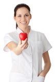 Infirmière de jeunes avec le coeur dans sa main Photographie stock