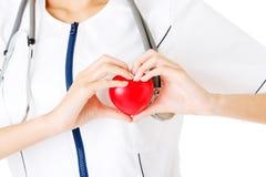Infirmière de jeunes avec le coeur dans sa main Images stock