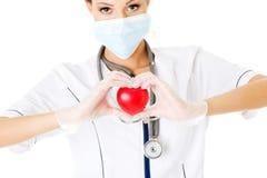 Infirmière de jeunes avec le coeur dans sa main Photo stock