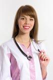 Infirmière de jeunes avec le stéthoscope, plan rapproché photographie stock libre de droits