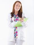 Infirmière de sourire avec la planchette photos stock