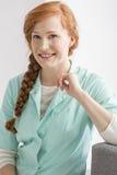 Infirmière de sourire avec les cheveux rouges Photo libre de droits