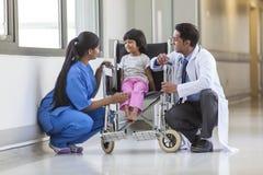 Infirmière Doctor et patient hospitalisé féminin d'enfant de fille dans Wheelchai Images libres de droits
