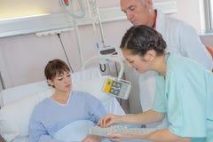 Infirmière donnant la dose photos stock
