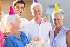 Infirmière et aînés célébrant un anniversaire Photographie stock libre de droits