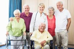 Infirmière et aînés se tenant ensemble Photo libre de droits