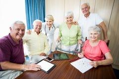 Infirmière et aînés se tenant ensemble Photographie stock