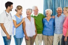 Infirmière et aînés se tenant ensemble Images libres de droits