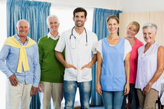 Infirmière et aînés se tenant ensemble Image libre de droits
