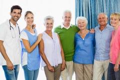 Infirmière et aînés se tenant ensemble Photos libres de droits