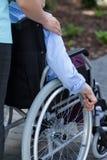Infirmière et handicapé dans un jardin Images libres de droits