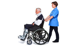 Infirmière et homme blessé dans le fauteuil roulant Photos libres de droits