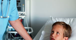 Infirmière féminine agissant l'un sur l'autre avec le patient d'enfant dans la salle clips vidéos