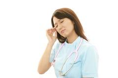 Infirmière féminine asiatique surchargée photo stock