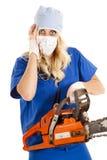Infirmière inquiétée avec la tronçonneuse Photo stock