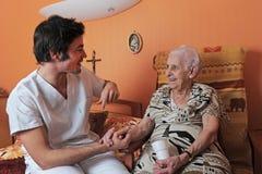 Infirmière mâle et femme aîné Photo libre de droits