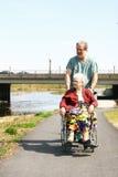 Infirmière mâle et femme aîné Photographie stock libre de droits