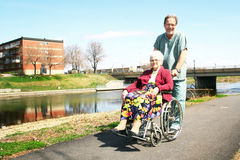 Infirmière mâle et femme aîné Image stock