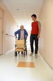 Infirmière mâle et femme aînée avec la trame de marche photos libres de droits