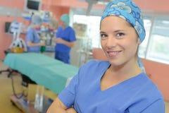 Infirmière médicale posant et souriant photographie stock libre de droits
