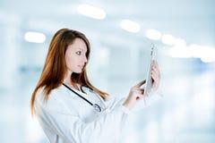Infirmière magnifique à l'aide du comprimé de Digitals Photo stock