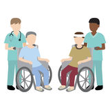 Infirmière masculine avec le patient de fauteuil roulant Photo libre de droits