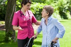 Infirmière parlant avec la dame handicapée Photos stock