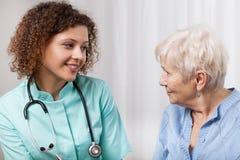 Infirmière parlant avec le patient plus âgé image stock