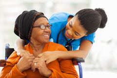 Infirmière patiente supérieure africaine photos stock