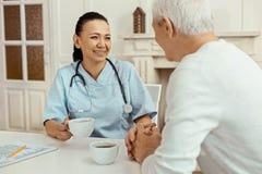 Infirmière positive joyeuse ayant une coupure de travail Image libre de droits
