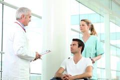 Infirmière poussant le patient Photographie stock