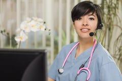 Infirmière Practitioner ou docteur de métis à l'ordinateur Photo libre de droits