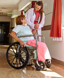 Infirmière retenant la main de l'aîné Photo libre de droits