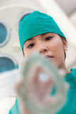 Infirmière sérieuse appliquant le masque de gaz à un patient Photographie stock