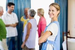 Infirmière se tenant avec des bras croisés Photographie stock libre de droits