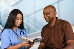 Infirmière Taking Care d'aîné Image stock