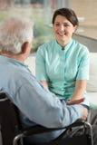 Infirmière travaillant à la maison de retraite image stock