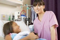 Infirmière vérifiant le jeune patient Image libre de droits