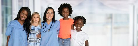 Infirmières avec des enfants image stock