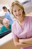 Infirmières dans la zone d'accueil d'un hôpital photographie stock
